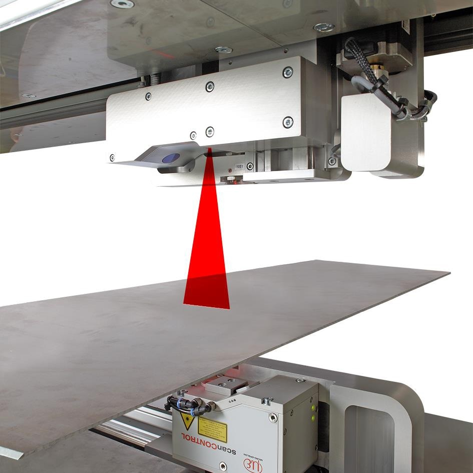 The laser spot is extended to a laser line, so that more measurement values over a larger area are averaged (best-fit line), giving substantially greater precision.